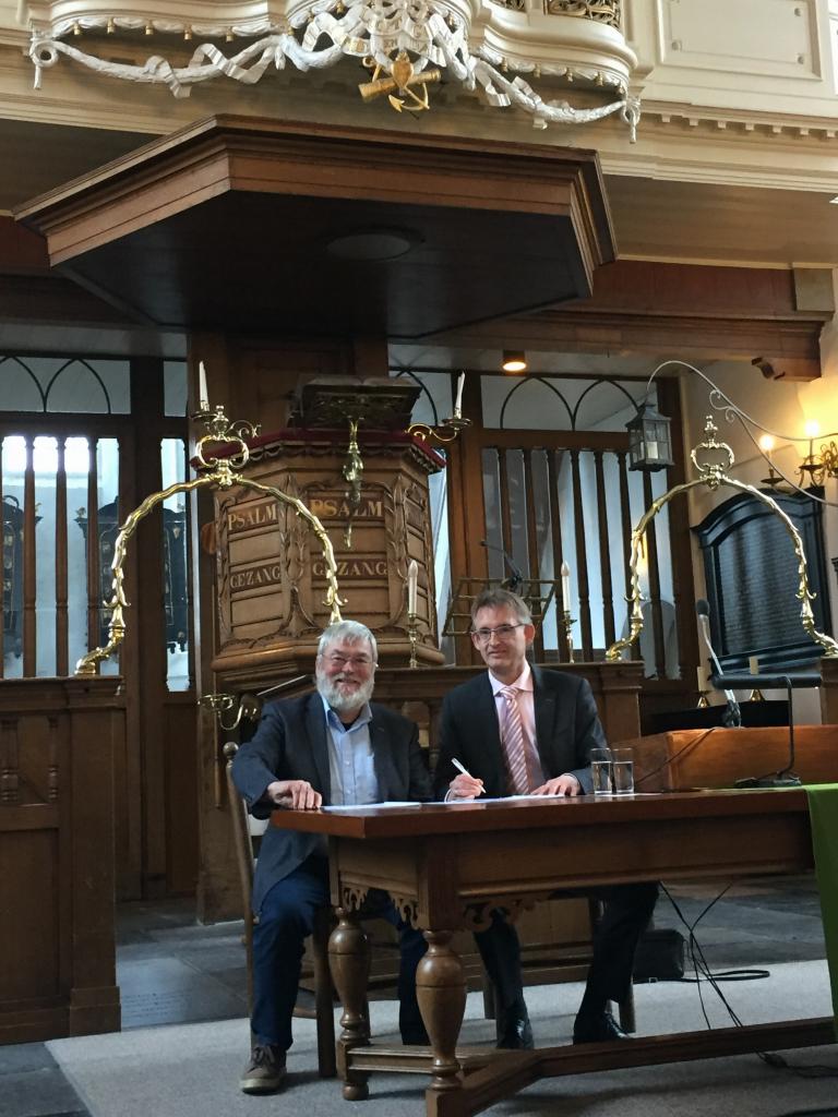 Orgelmaker Hans van Rossum (l) en kerkrentmeester Dick Oosthoek tekenen het contract voor de restauratie van het G.Th. Bätz-orgel (1787) in Breukelen; vrijdag 26 januari 2018.